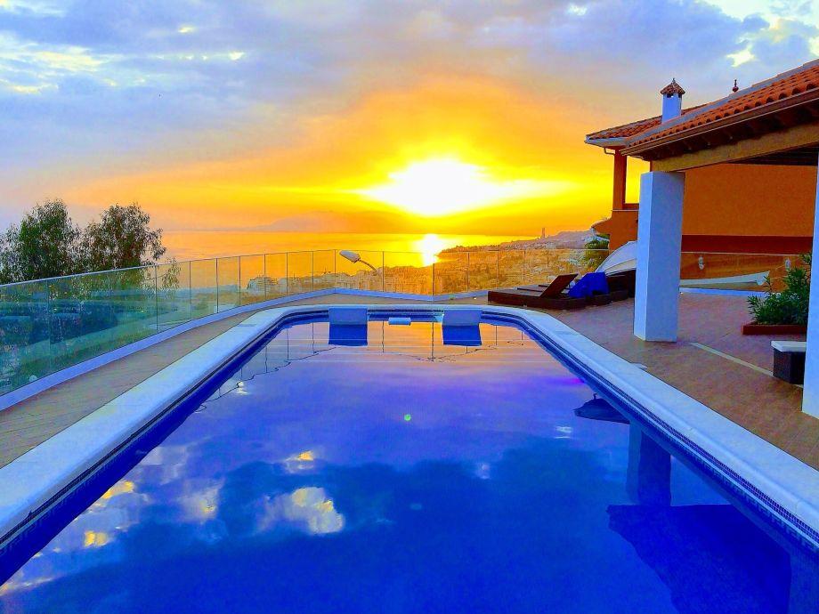 Poolblick im Sonnenuntergang