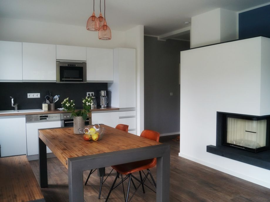 Küche und Essbereich mit Kamin