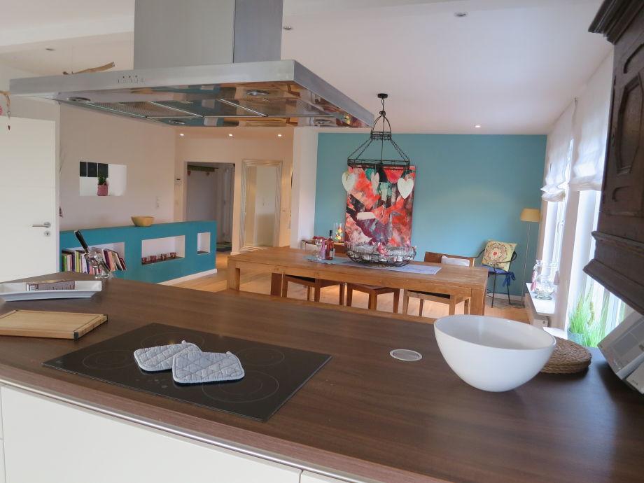 Blick aus der Küche auf den Essbereich.