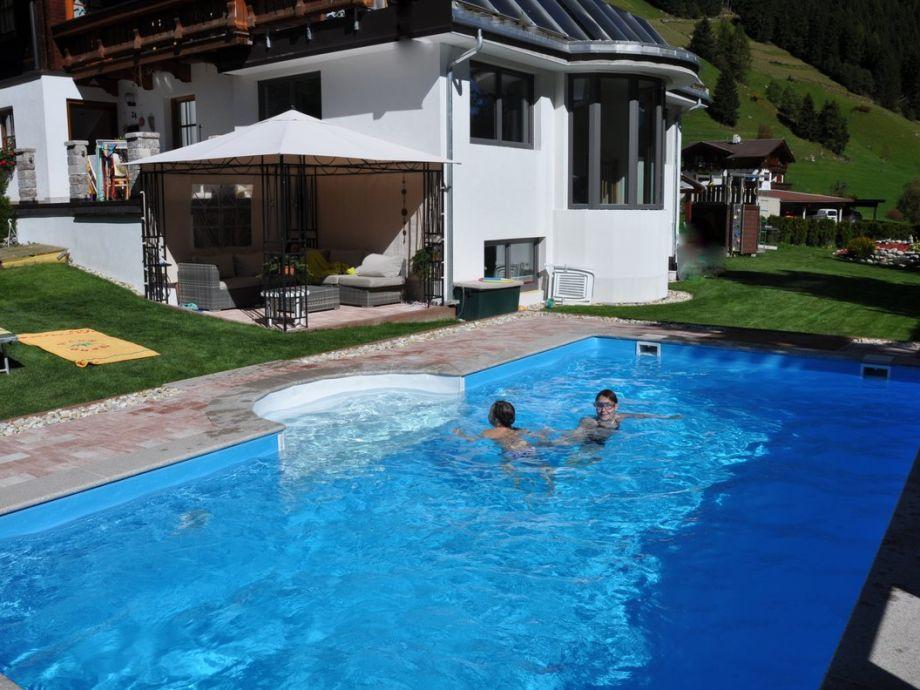 Pool mit Gartenbereich