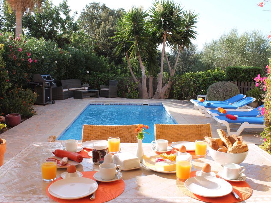 Romantisches Frühstück auf der Terrasse