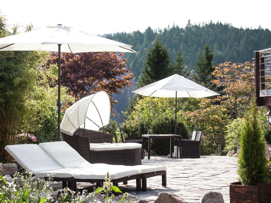 Die sonnige Terrasse lädt zum entspannen ein.