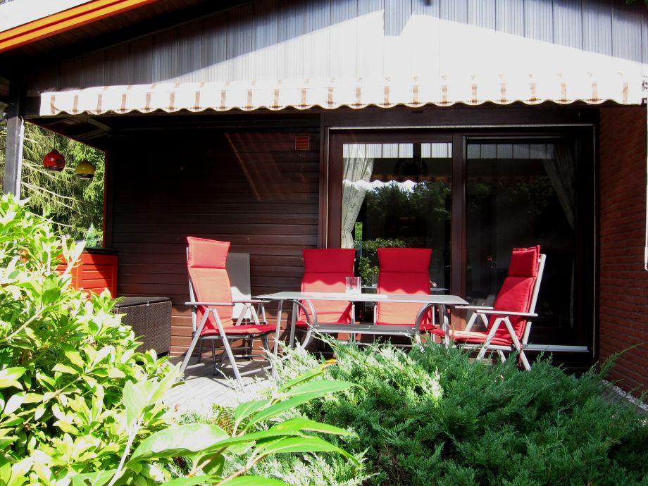 Sonnige Terrasse mit Markise