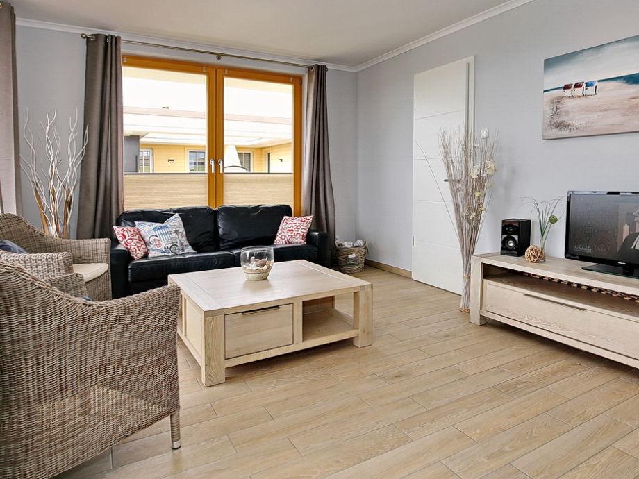 Wohbereich mit Sofa, 2 Korbsessel und Flachbild-TV