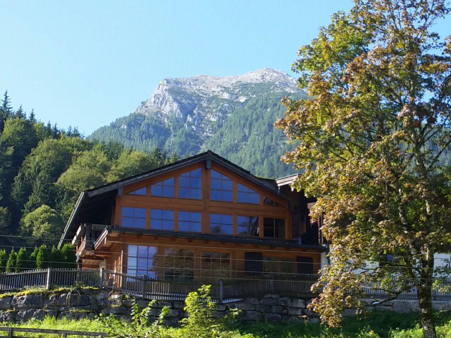 Das Häusl am Hang vor einer beeindruckenden Bergkulisse