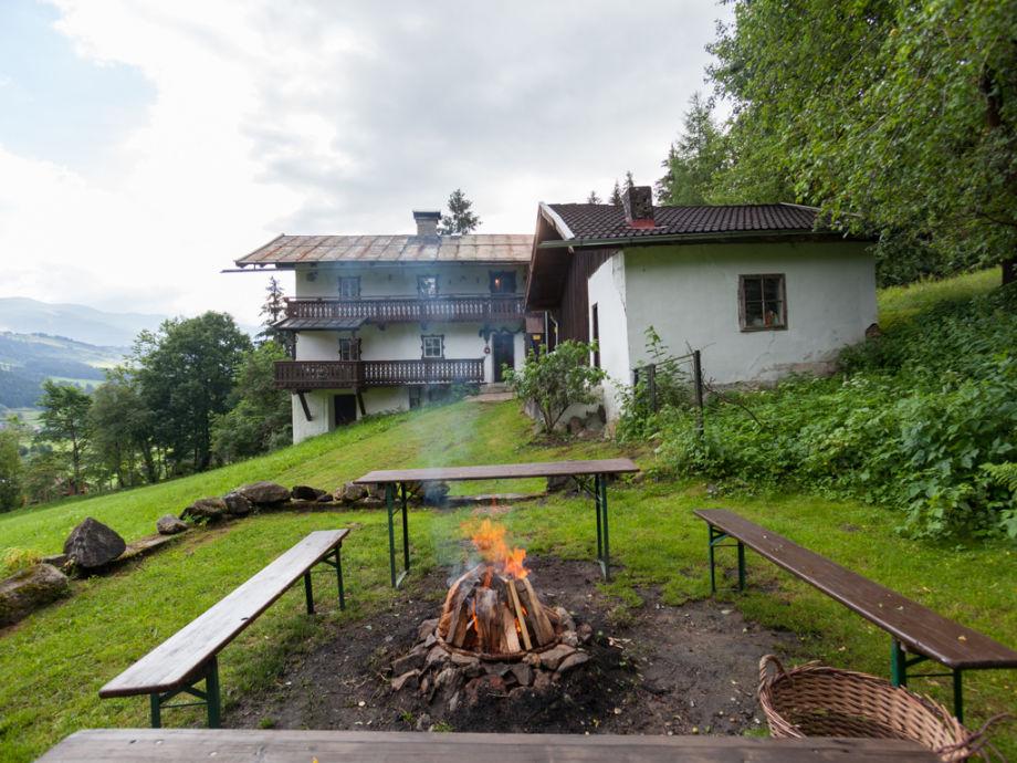Feuerstelle und Grill vor Hütte