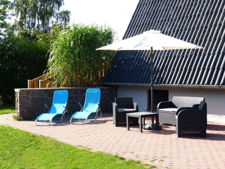 Terrasse mit Loungemöbeln und Relaxliegen
