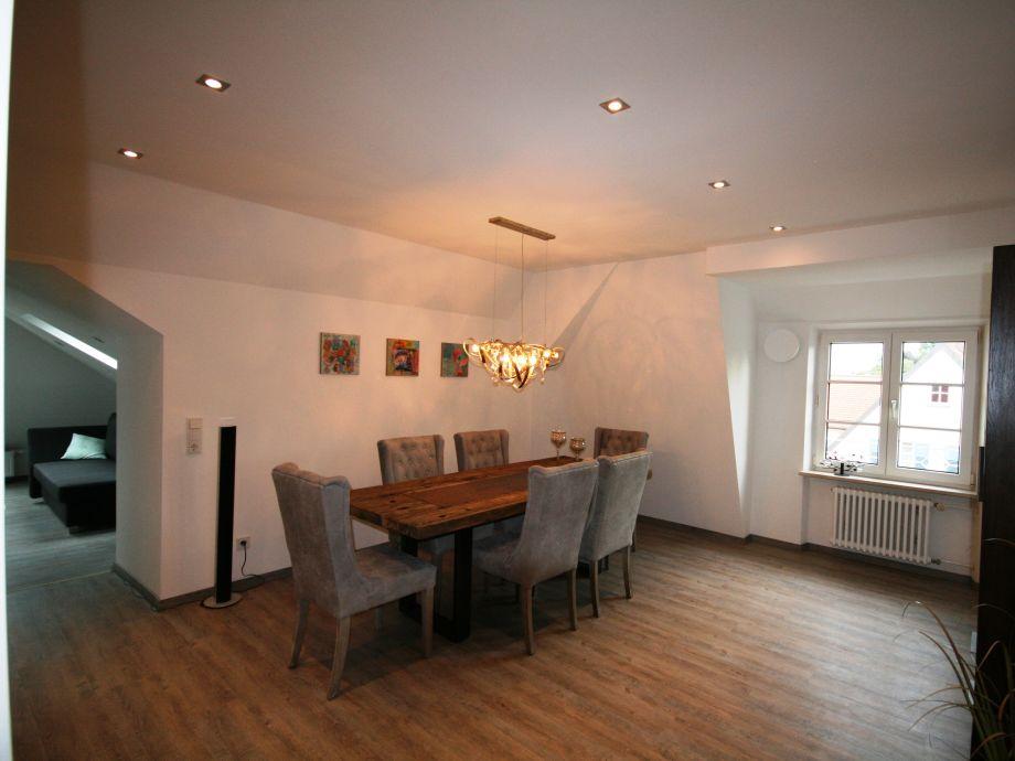 Großes Esszimmer mit Zugang zum Wohnzimmer