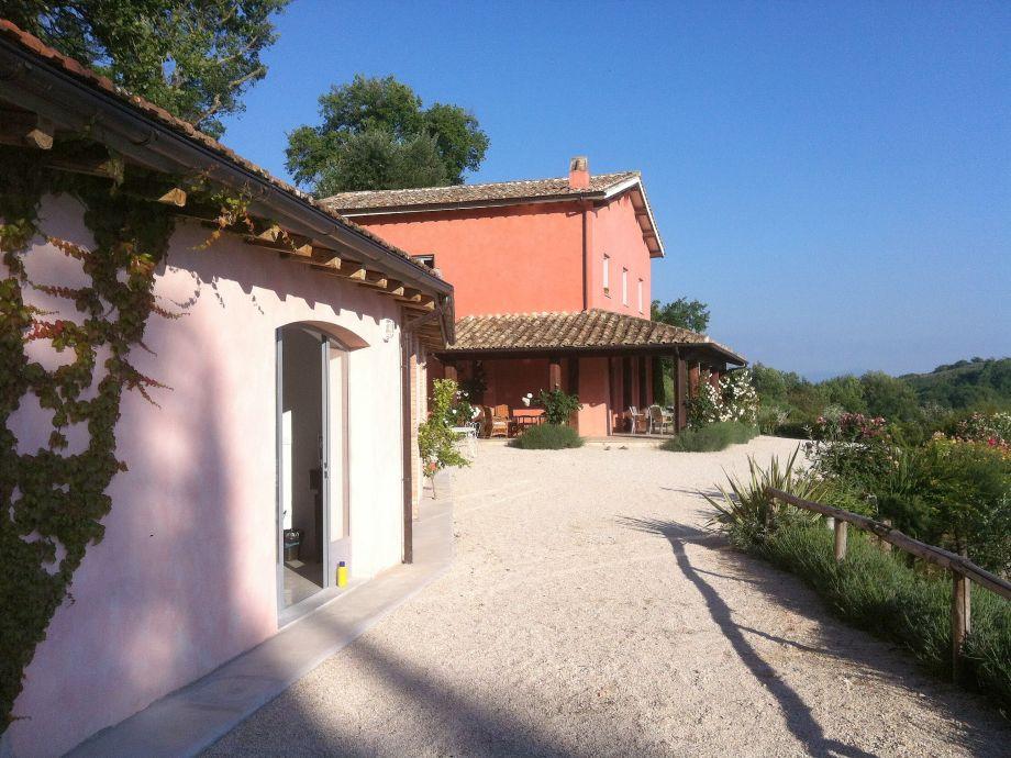 Nebengebäude und Villa
