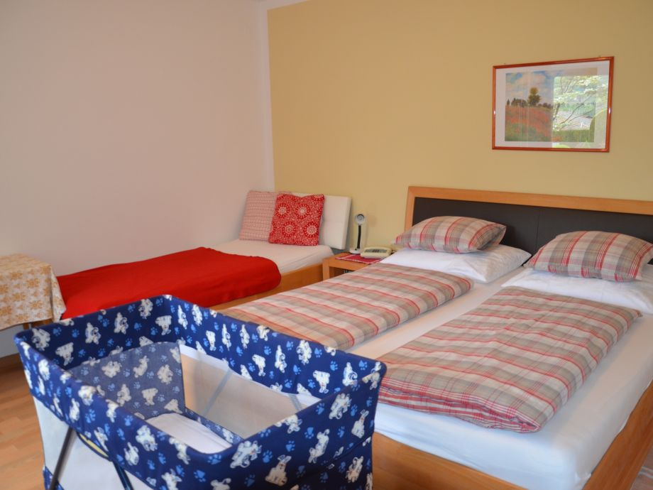 Dreibettzimmer mit Kinderreisebet Appartement Mutspitz