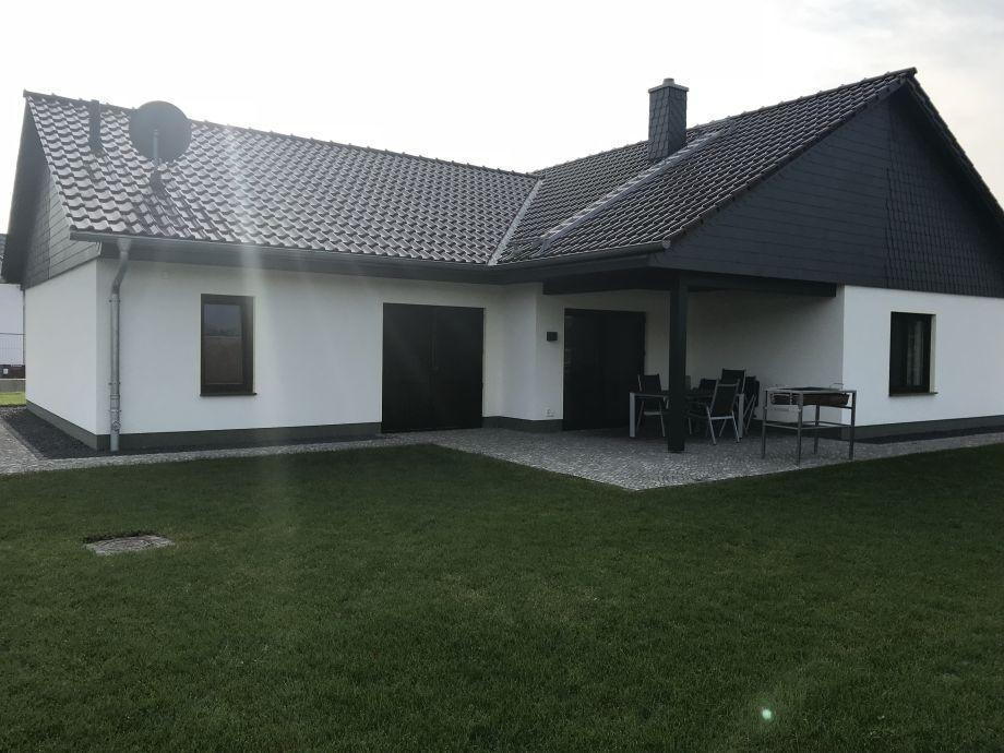 Ferienhaus - Terrasse mit Grünfläche
