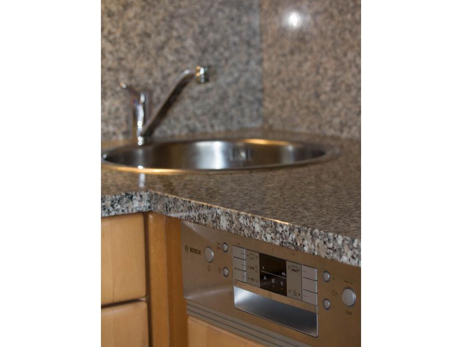 Küche: komfortable Granitarbeitsplatte