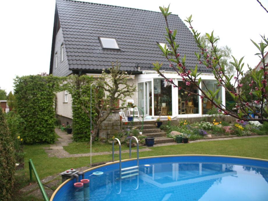 Der Pool hinterm Haus