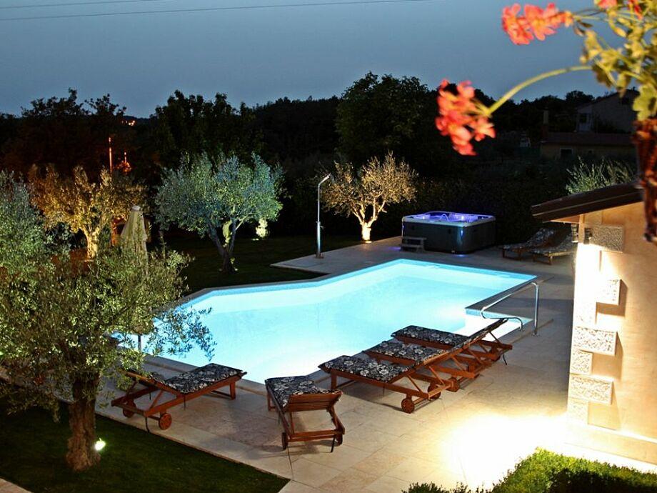 Außenaufnahme Ulika mit Pool