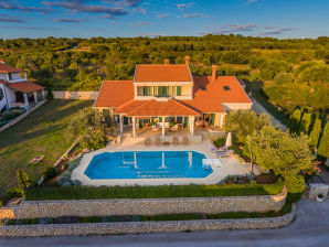 Beautiful Villa Kari with pool