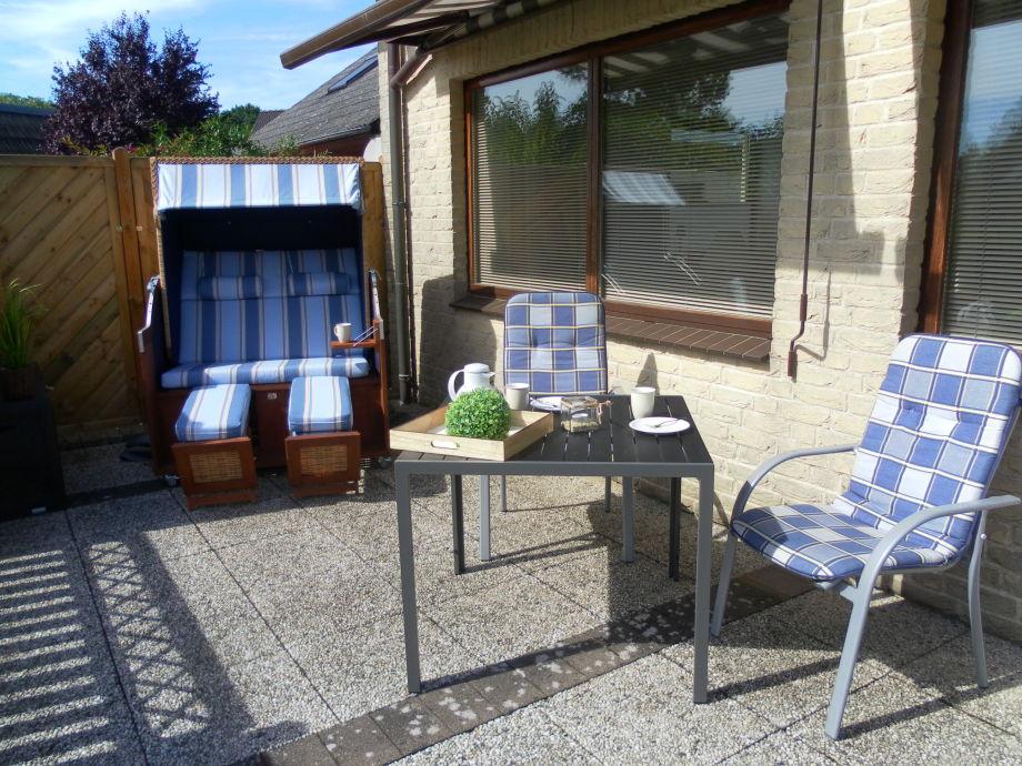 Gemütlicher Strandkorb und Gartenmöbel