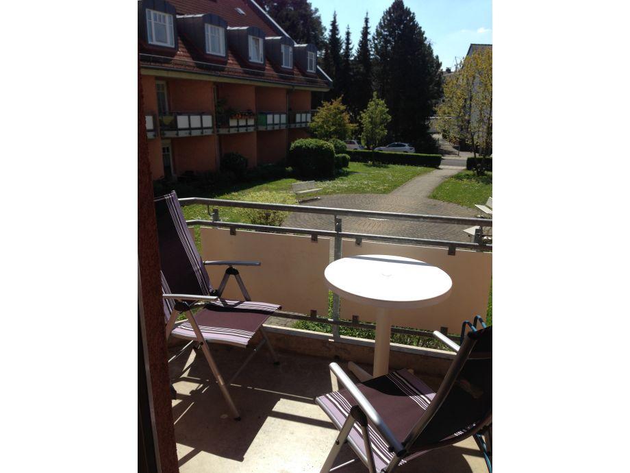 überdachter Balkon mit herrlicher Aussicht ins Grüne