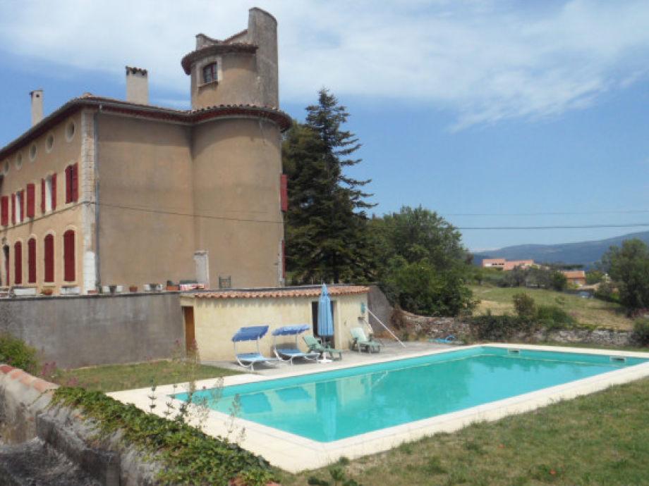 Haupthaus und Schwimmbad