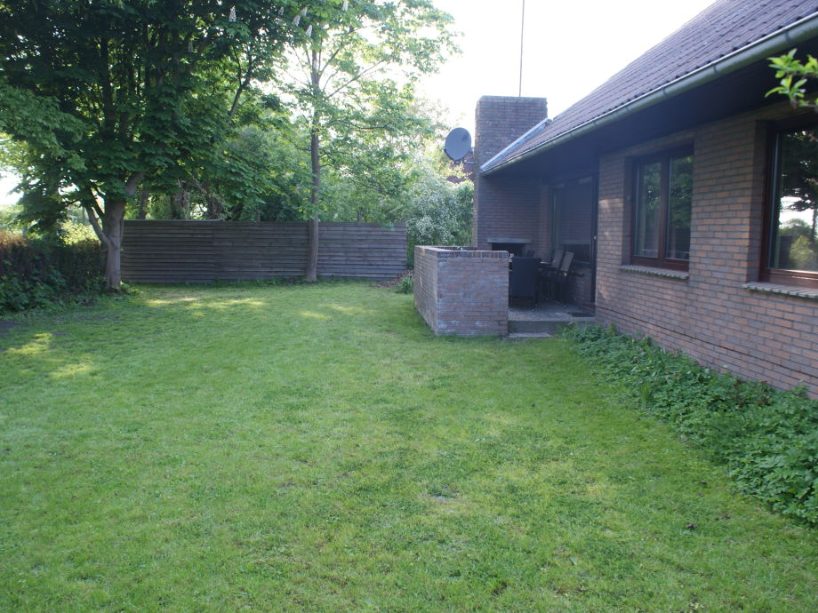 Terasse und Garten hinterm Haus