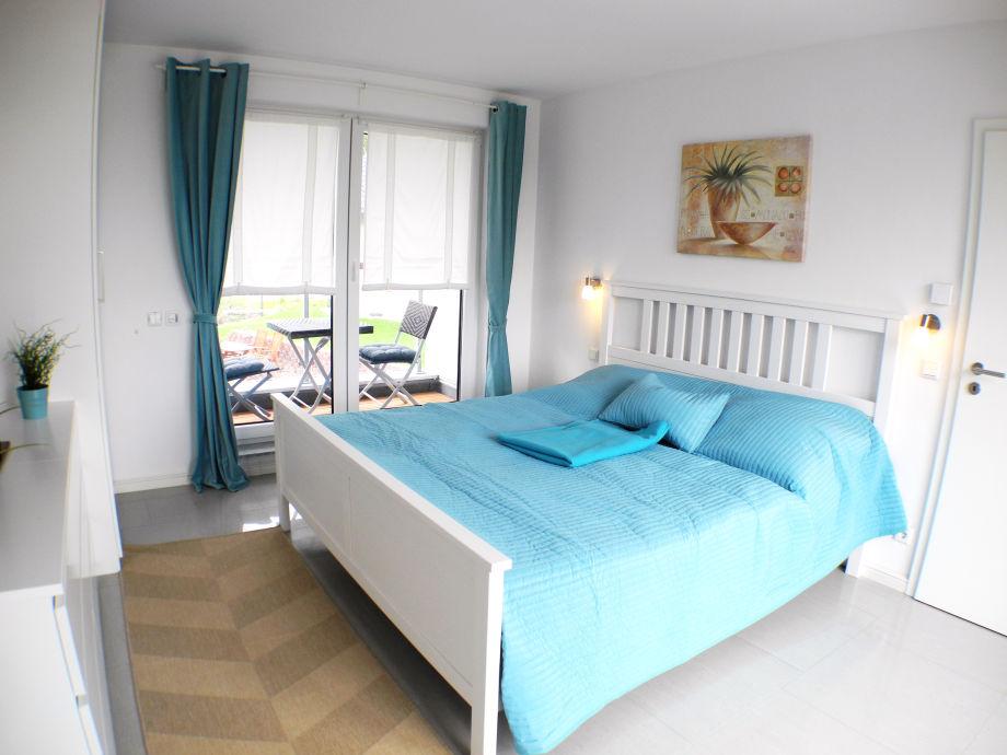 Schlafzimmer mit zwei angrenzenden Terrassen
