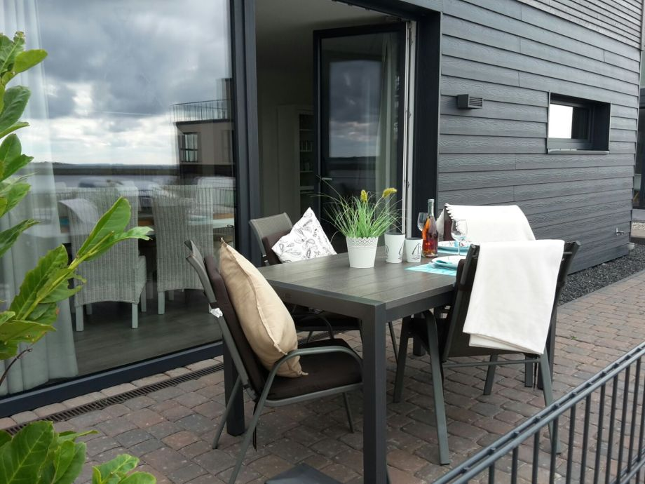 Die Terrasse am Wohnbereich mit Hafenblick.