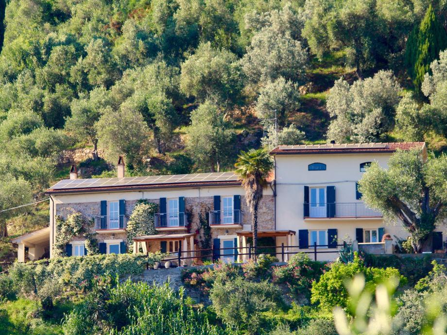 Vor den beiden Häusern mit Sonnenterrasse und Blick