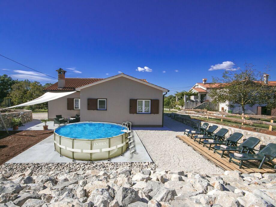 Fertigschwimmbecken mit Liegestühle und Terrasse