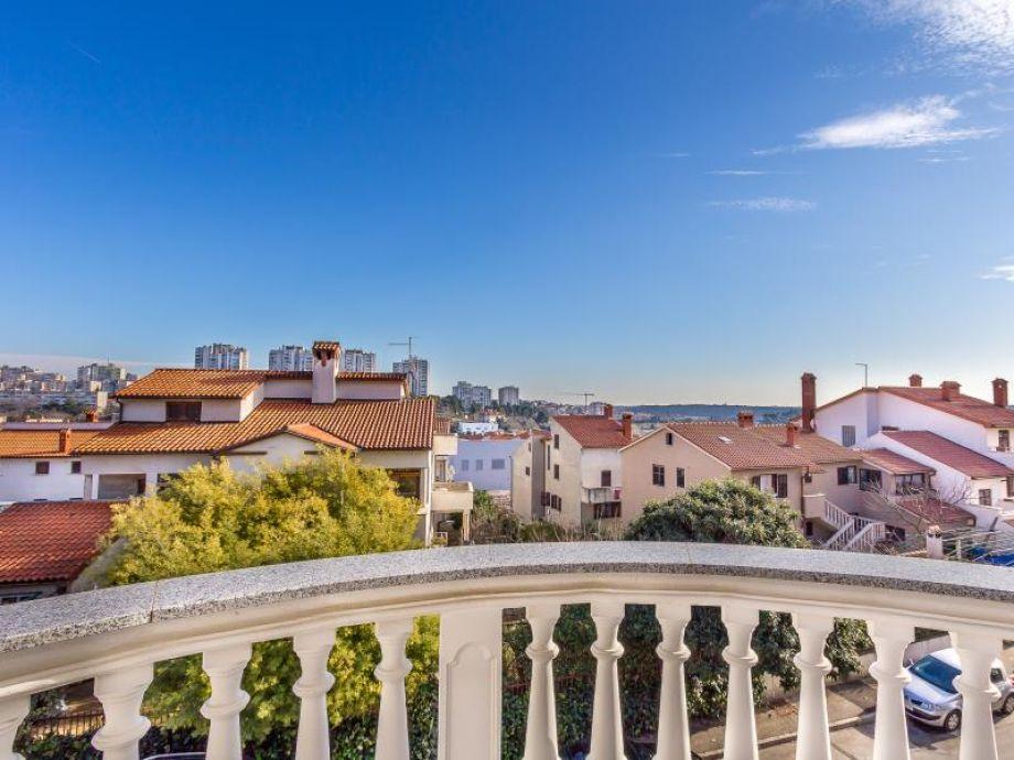 Sonniger Balkon mit tollem Ausblick