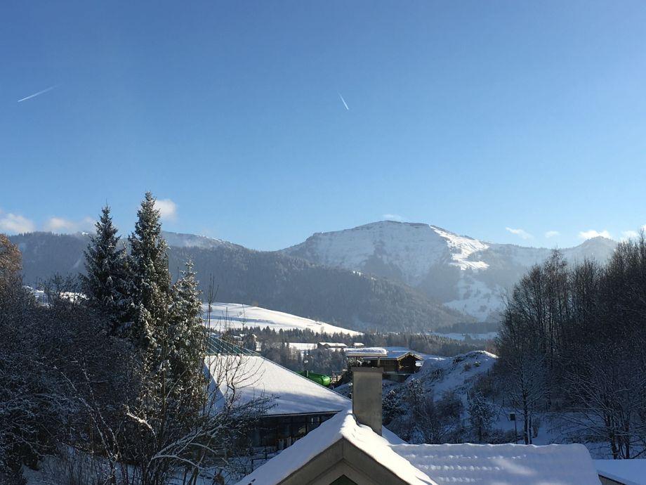 Blick vom Balkon auf den verschneiten Hochgrat