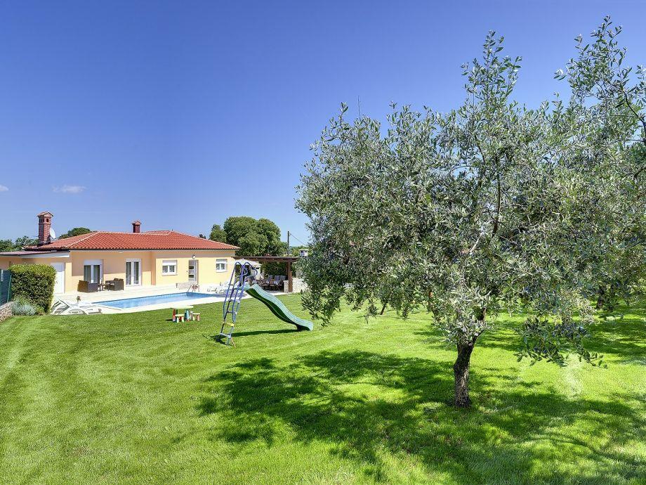 Villa 303 istrien tinjan firma reiseb ro blaue adria for Gartenpool mit rutsche