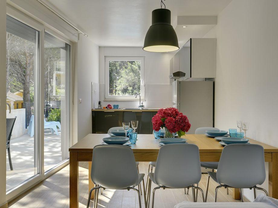 Die Küche mit Esstisch