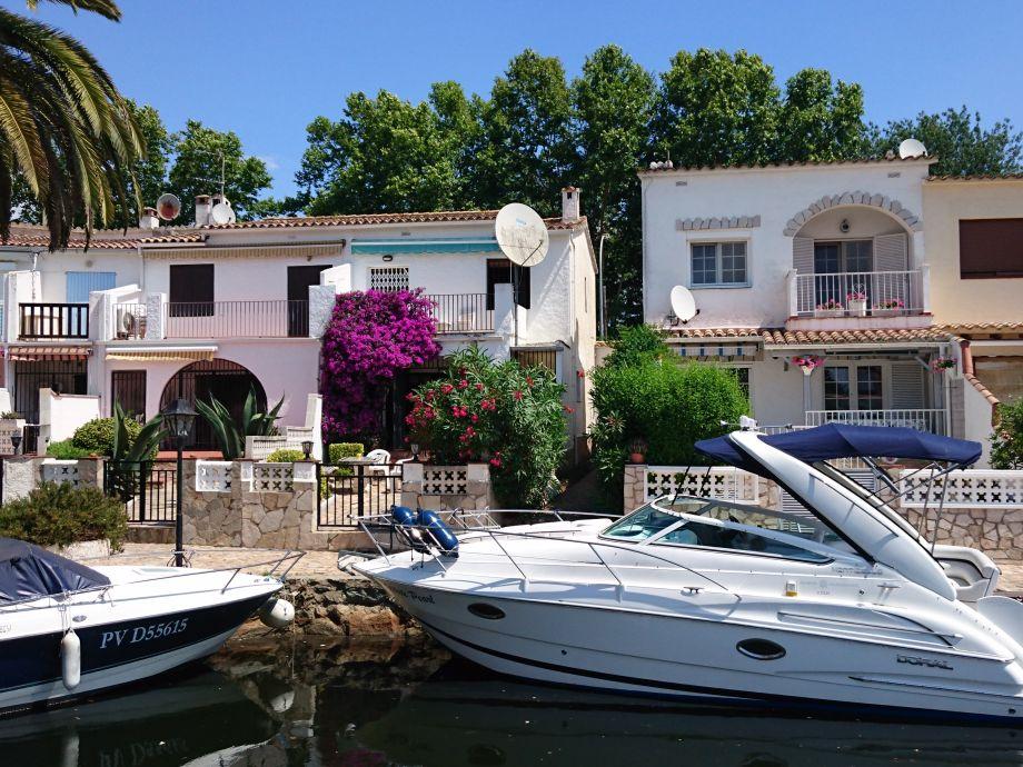 Ferienhaus- Rückseite mit Bootsliegeplatz am Kanal
