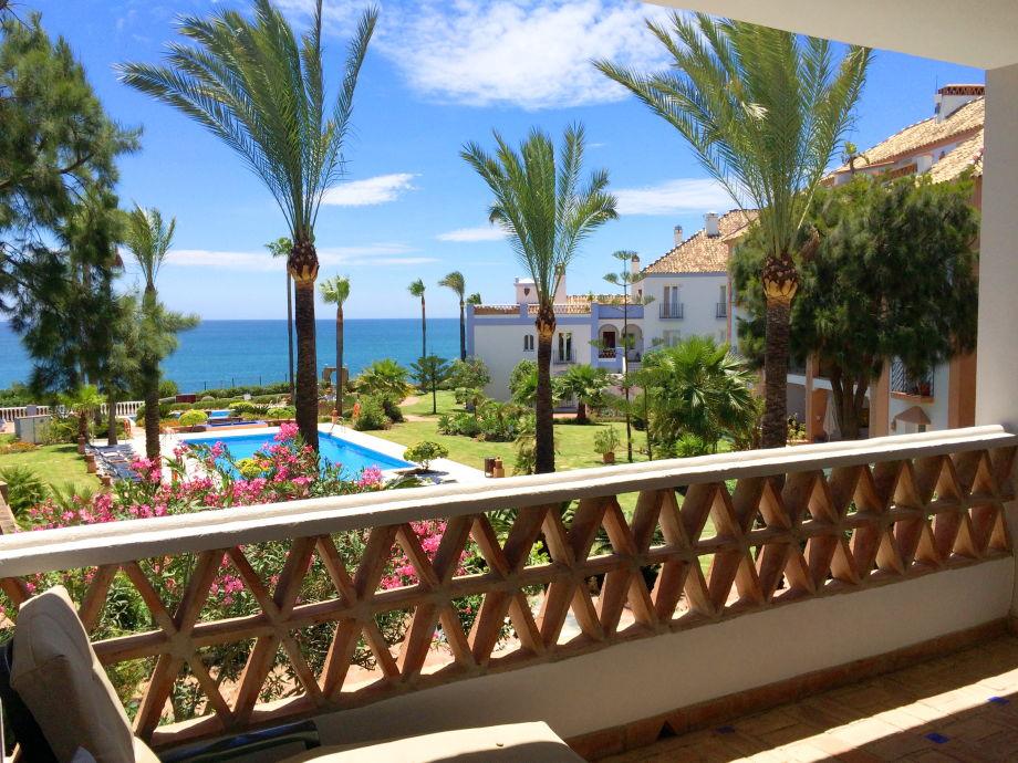 Blick von Terrasse auf Pool und Meer