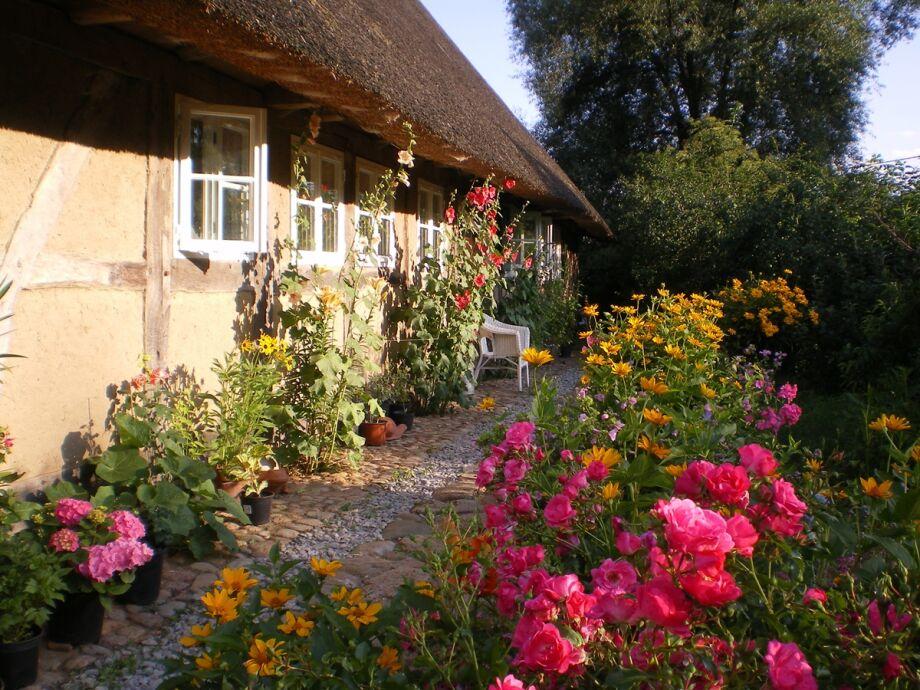 Rings ums Haus an bunten Blumengärten erfreuen!
