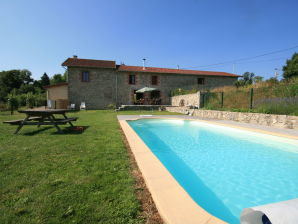 Cottage Vue pierres et piscine en Auvergne