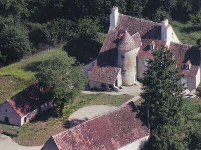 Un château en bordure de rivière