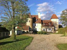 Schloss Un château en bordure de rivière
