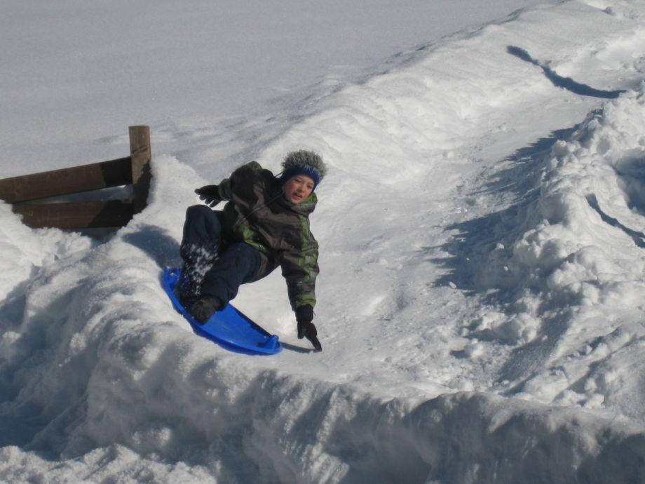 Genug Schnee-hauseigene Rodelbahn und Eisspass am Teich