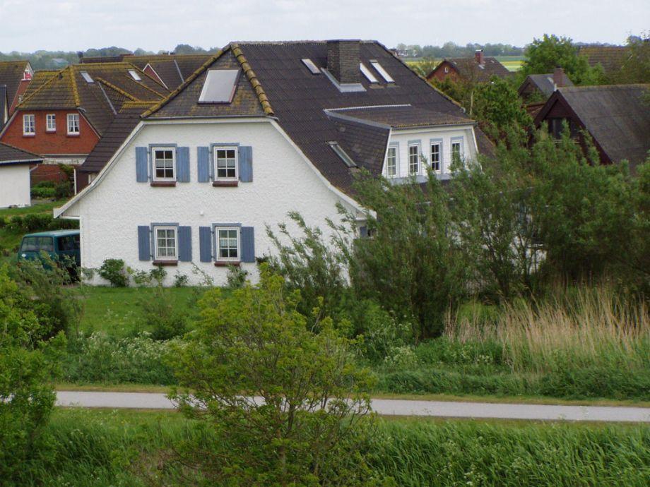 Blick vom Deich auf das Haus