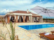 Ferienhaus Ferienhaus mit Pool und Tennisplatz