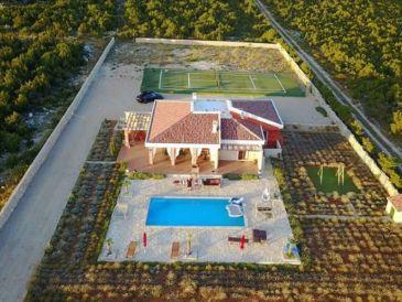 Ferienhaus mit Pool und Tennisplatz