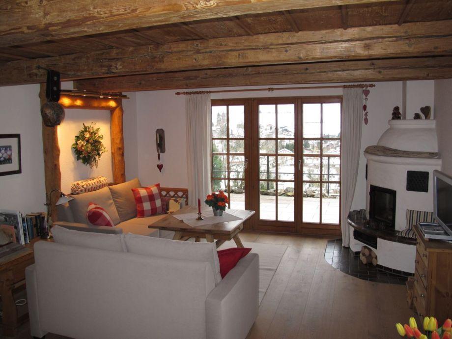 Wohnzimmer Mit Kamin Und 300 Jahrer Alter Holzdecke