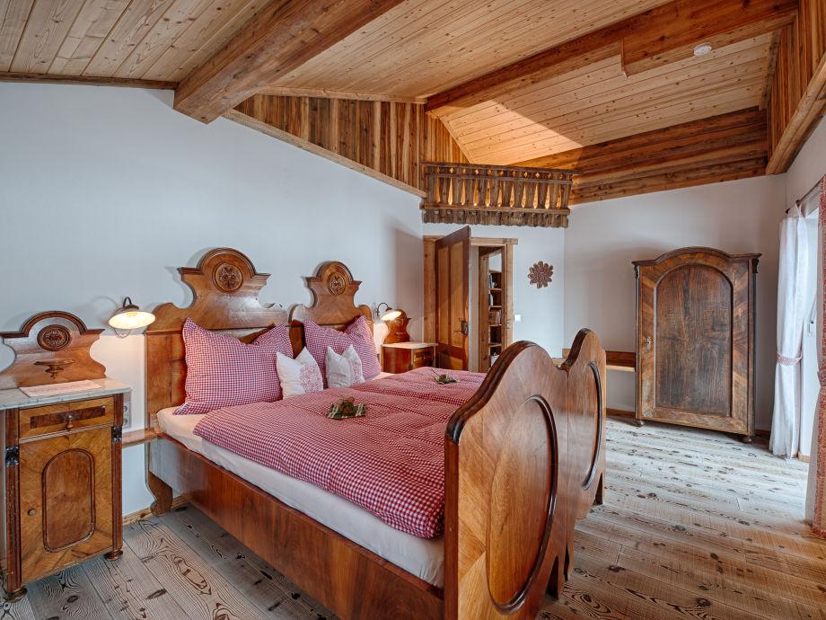 Edles Schlafzimmer mit drei Betten