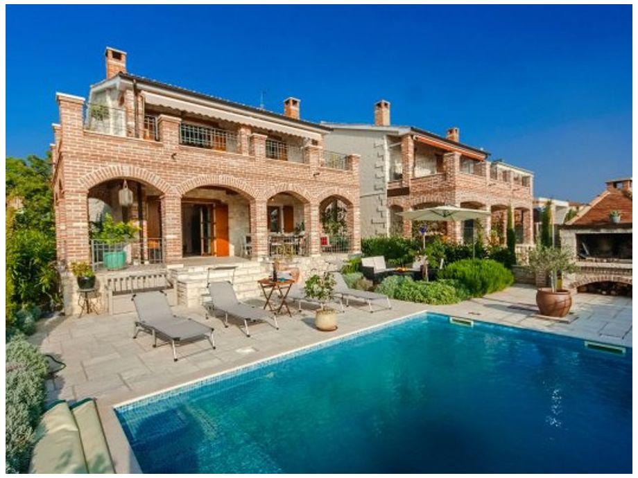 Außenaufnahme Villa Arta mit Pool