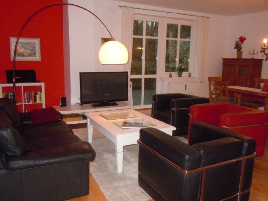 Wohnzimmer mit Terrassenzugang und Esstisch