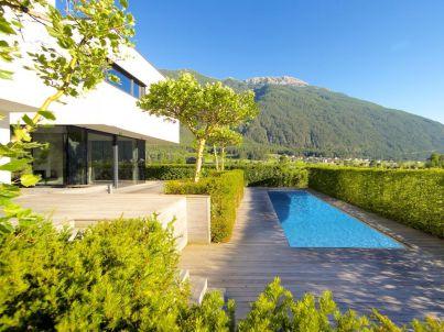 Villa im Bauhausstil mit Schwimmbad