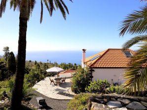 Sonniges, modernes Ferienhaus mit Meer- und Bergblick