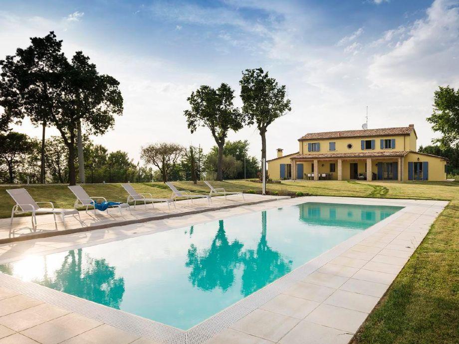 Außenaufnahme Großzügige Traum-Villa mit Privatpool und 3.000 m² umzäuntem Garten