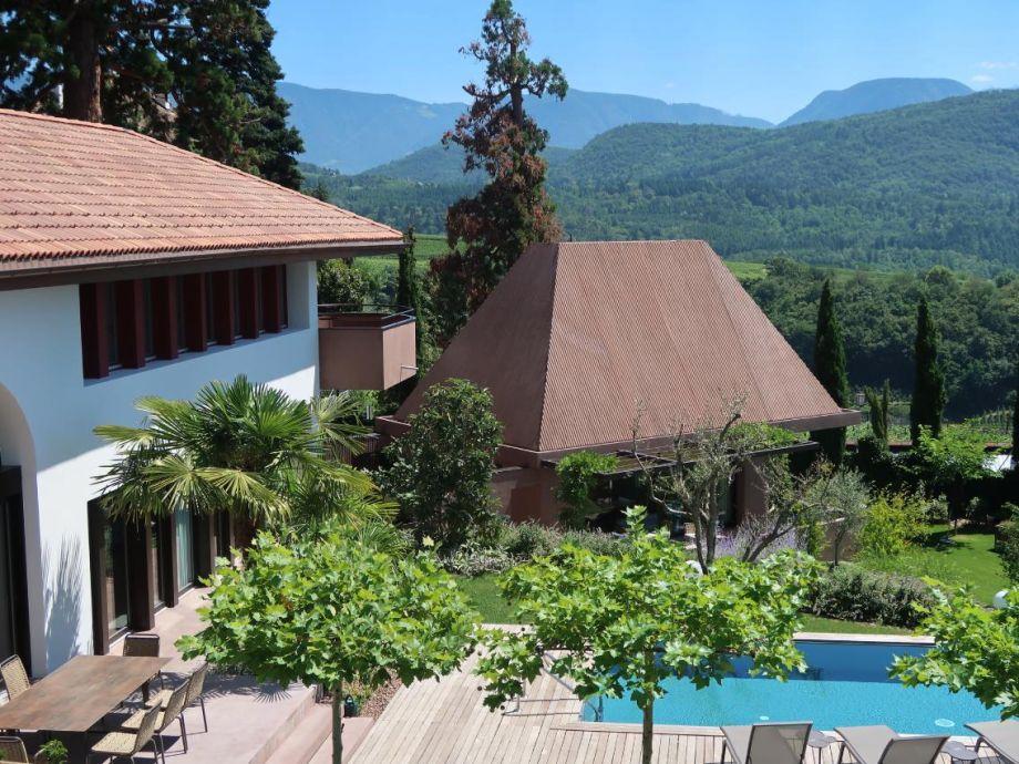 Außenaufnahme Design-Villa im mediterranen Garten mit Whirlpool, Sauna und Fitness