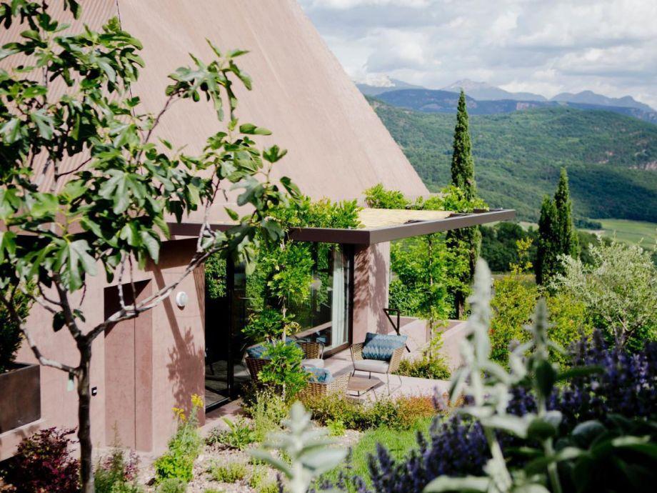 Design-Villa im mediterranen Garten mit Whirlpool, Sauna und ...